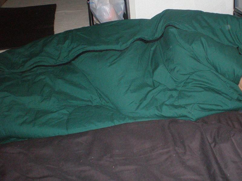 布団の上に寝袋を乗せた画像
